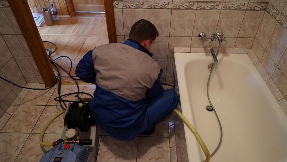 Фото устранения засора канализации в ванной многоквартирного дома